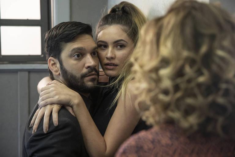 Eugênia (Helena Fernandes) flagra Diogo (Armando Babaioff) com Jeniffer (Nathalia Altenbernd)
