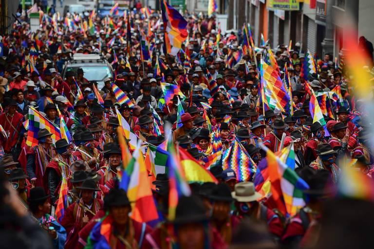 Manifestantes lotam rua, cheio de bandeiras