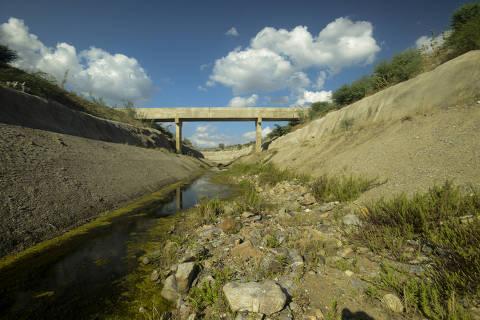 MONTEIRO, PB, 19.08.2019 - Rachaduras em trecho da transposição do rio São Francisco, entre as cidades de Sertania (PE) e Monteiro (PB). (Foto: Leo Caldas/Folhapress)