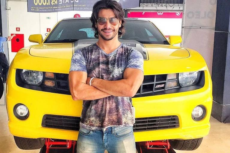 Mariano com o icônico Camaro amarelo