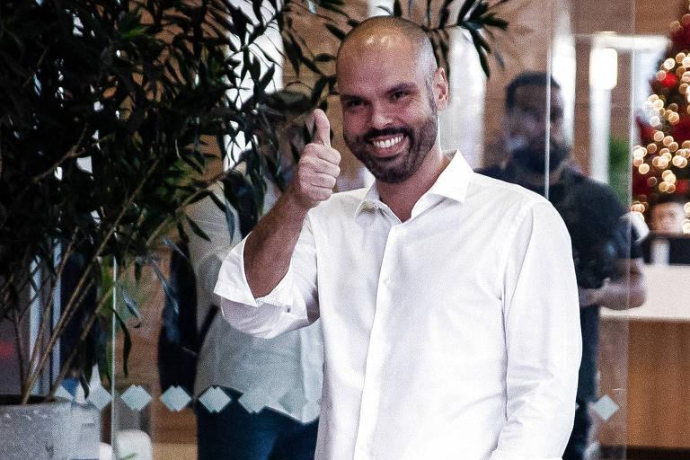 O prefeito Bruno Covas deixa o hospital Sírio-Libanês, em São Paulo