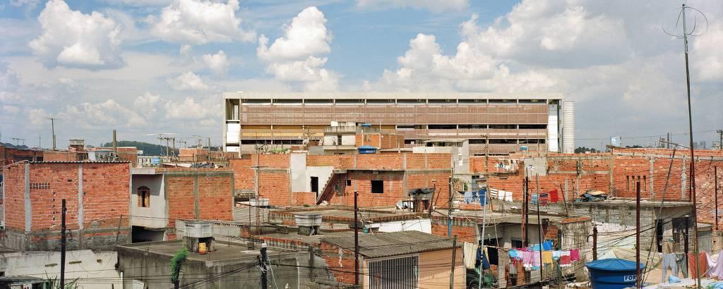 Ao fundo, Escola Estadual União de Vilanova, projetada pelo escritório H+F, na zona leste de São Paulo, na época de sua inauguração, em 2005