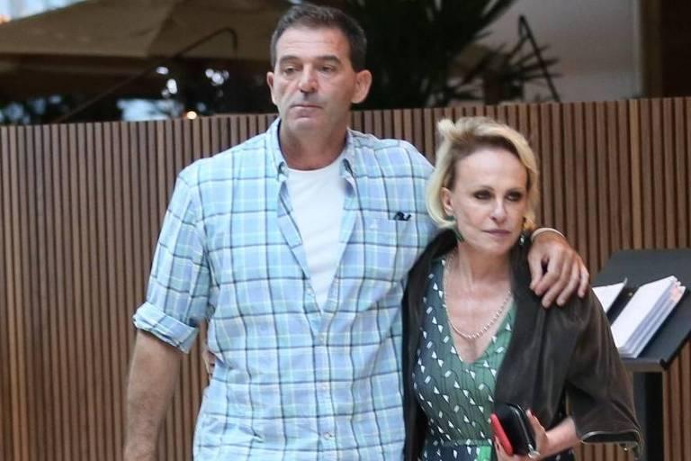 Ana Maria Braga com novo namorado em shopping no Rio de Janeiro
