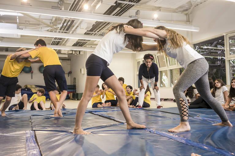 Professores misturam teoria e prática em aulas de educação física