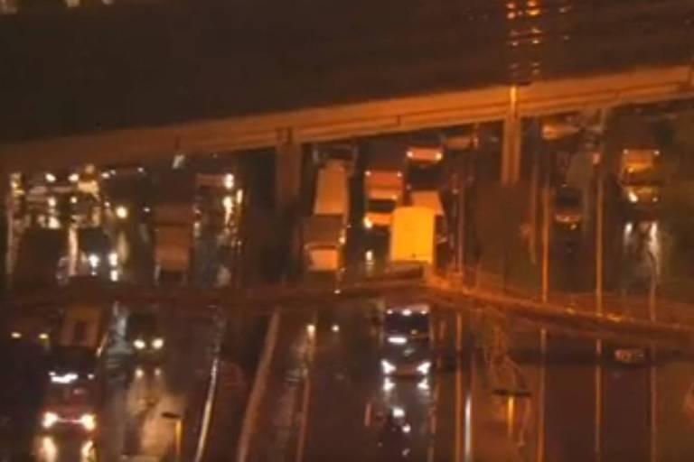 Uma passarela caiu no início da noite desta quinta-feira (14) na Marginal Tietê sentido Rodovia Castello Branco