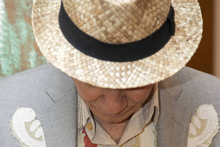 homem com chapéu e paletó