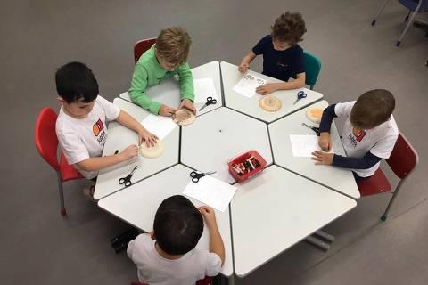 Alunos em aula no colégio Aubrick