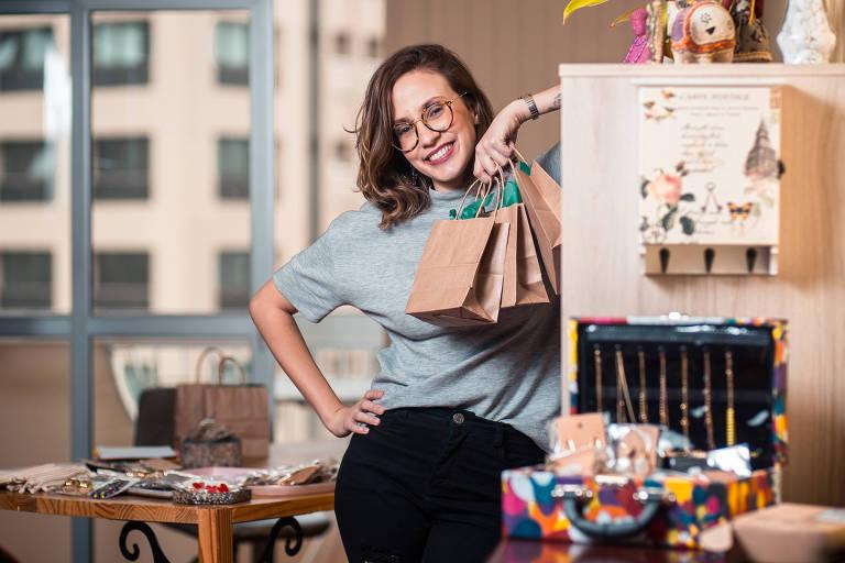 Flávia Piza de Araújo, 26, dona do ecommerce Maria Carmosa, em seu apartamento em SP