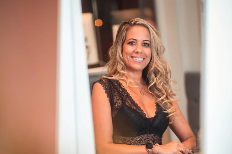 A empresária Andreia Marques na clínica de estética Studio da Sobrancelha, em Osasco