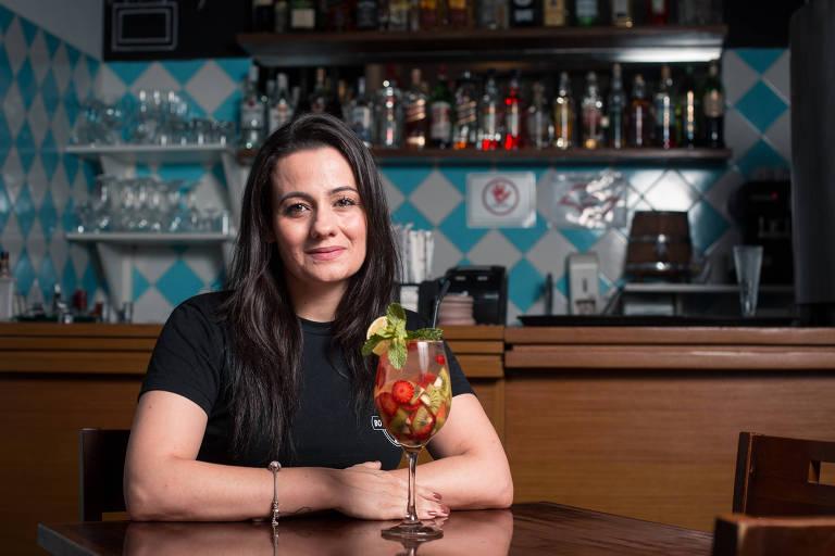 Juliana Bueno em seu bar Boteco do Portal, na zona sul de São Paulo