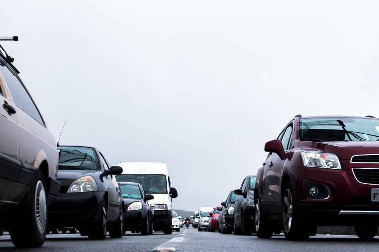 Motoristas enfrentam trânsito após comemorações de Ano Novo no litoral paulista