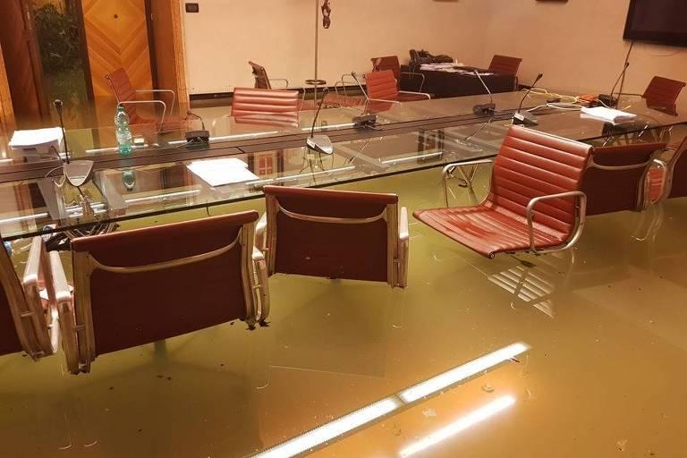 Plenário do Conselho Regional do Veneto, em Veneza, foi inundado durante sessão