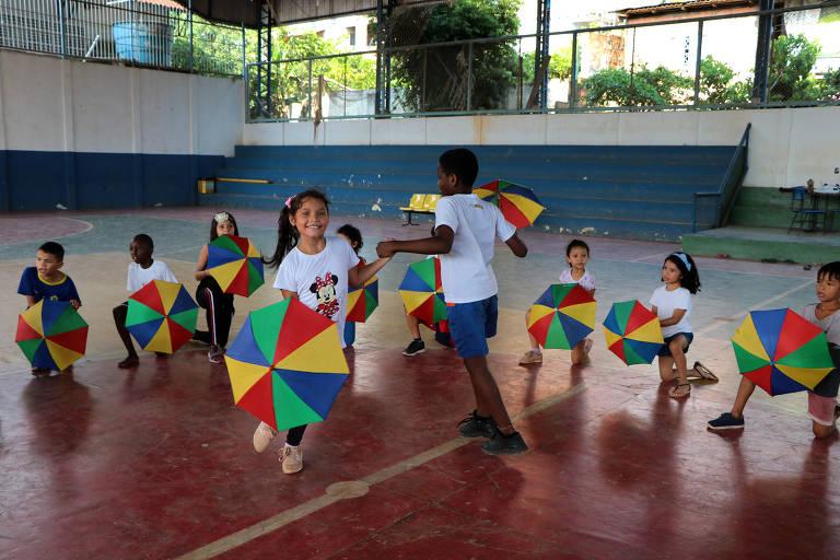Alunos do segundo ano participam de oficina de dança na escola municipal Waldir Garcia, em Manaus