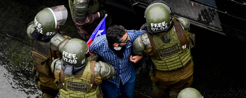 manifestante detido por soldados