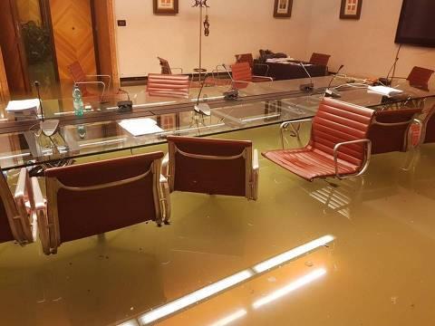 Plenário do Conselho Regional do Veneto, em Veneza, foi inundado durante sessão ORG XMIT: i8OuRAzev3vnLvsrtb8G