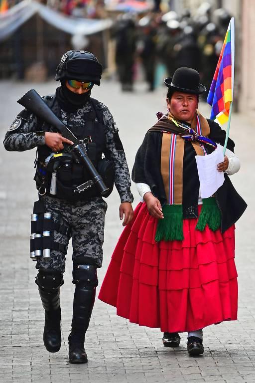 soldado com manifestante indígena