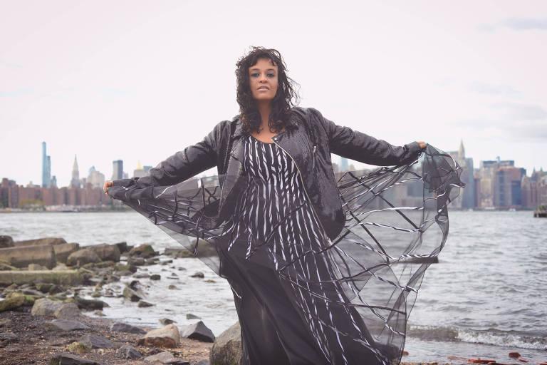 A cantora Tulipa Ruiz faz live ao lado de seu irmão
