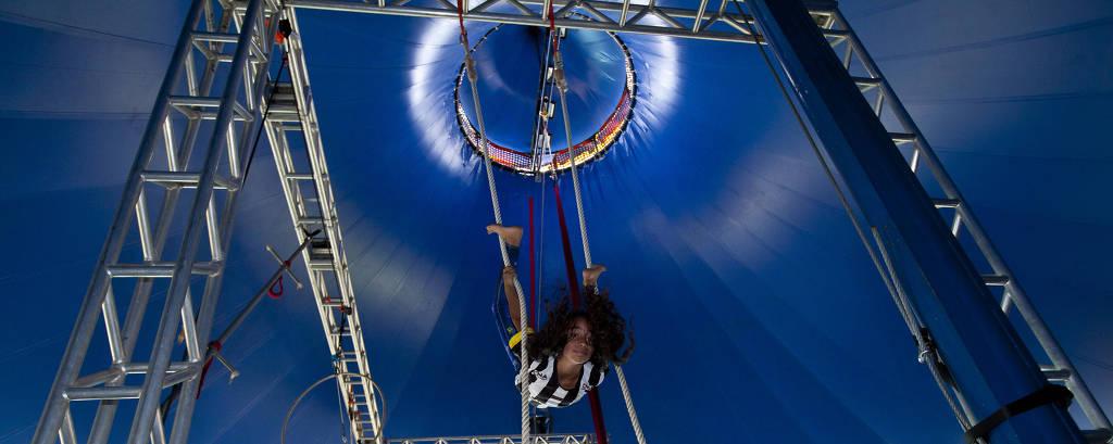 A aluna Wandra Vitoria, 10, participa de atividade circense no Projeto Âncora, escola sem séries nem provas, em Cotia, Grande São Paulo