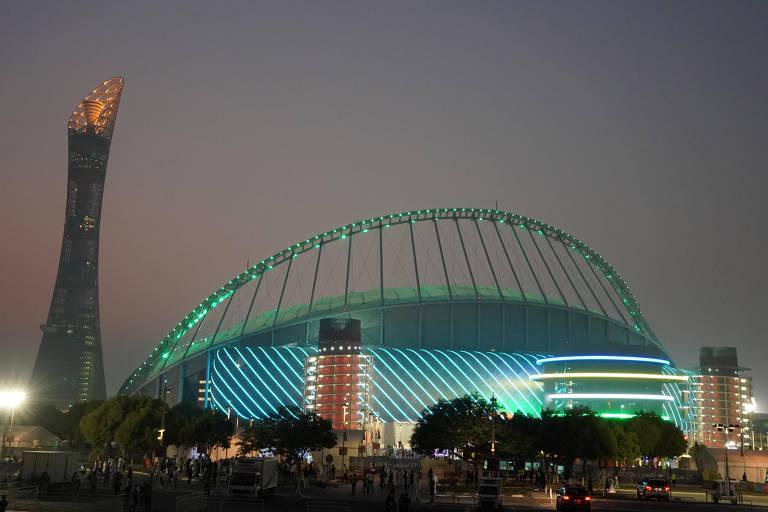 Estádio Internacional Khalifa, que será palco da Copa de 2022, ao lado da torre Aspire, em Doha, capital do Qatar