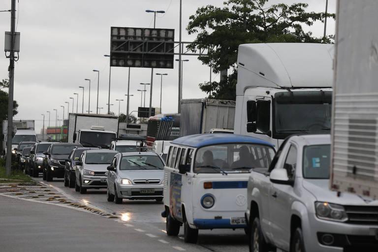 Fila de carros e caminhões ocupam a marginal