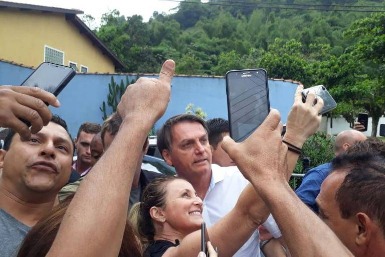 O presidente Jair Bolsonaro posa para fotos no Guarujá