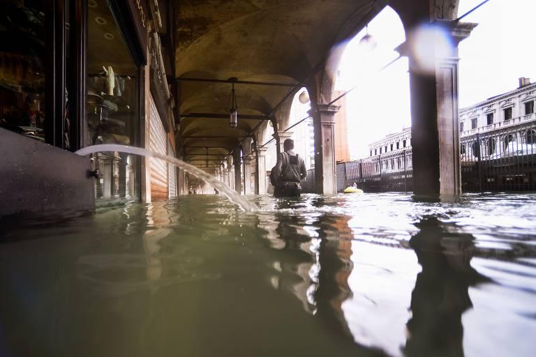 Inundação na praça de São Marcos, na sexta-feira (15)