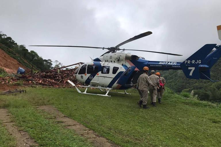Helicóptero do Núcleo de Operações e Transporte Aéreo (Notaer) da Polícia Militar acionado durante um soterramento