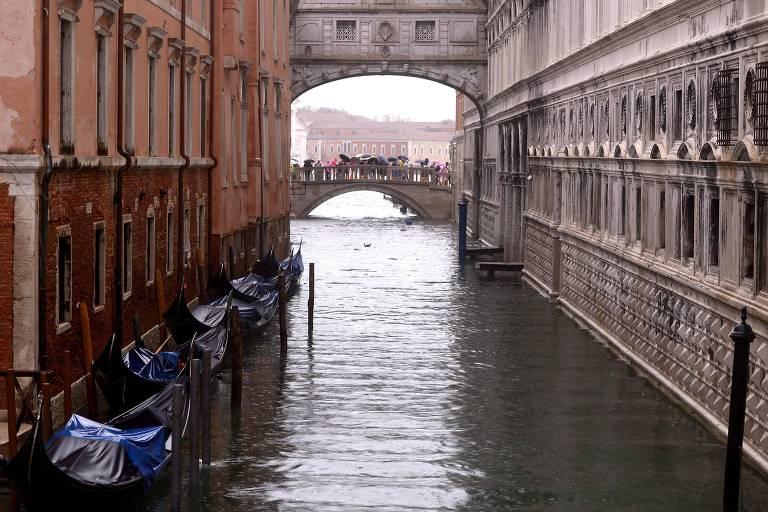 Ponto dos Suspiros, em veneza, alagada devido ao aumento da maré