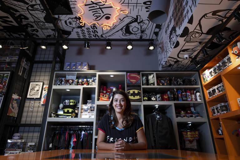 A empresária Gina Canto, franqueada da Piticas, em loja no shopping Eldorado, zona oeste de São Paulo; ela passou a frequentar grupos nerds para achar os funcionários mais adequados ao seu negócio