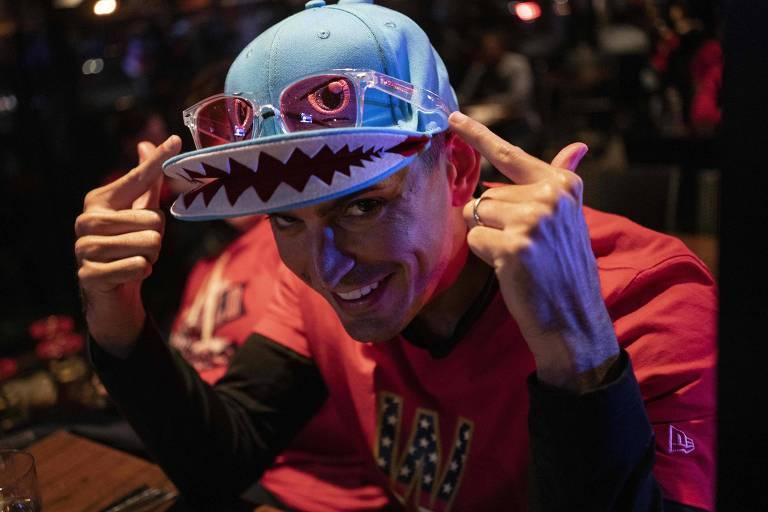 Torcedor do Washington Nationals com chapéu 'Baby Shark'