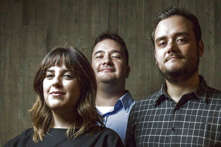 Retrato dos jornalistas Magê Flores, Thomé Granemann e Rodrigo Vizeu, editor de Podcasts da Folha