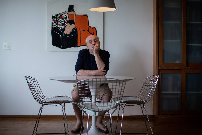 """O escritor Régis Bonvicino em seu apartamento, em São Paulo. """"Cansei do circuito falido da poesia"""", diz aos 64 anos"""