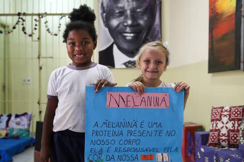 SAO PAULO/ SP, BRASIL, 13-11-2019: Pietra, 6 (esq) e Maria Clara, (5) em Atividade do projeto Azizi Abayomi na escola municipal Nelson Mandela.   (Foto: Zanone Fraissat/Folhapress, COTIDIANO)***EXCLUSIVO****