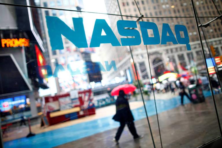 Pessoas em frente à Nasdaq, na Times Square, em Nova York