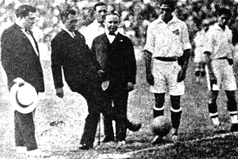 Presidente da República Washington Luís dá o ponta pé inicial para a partida entre a seleção paulista e a carioca, em 1927