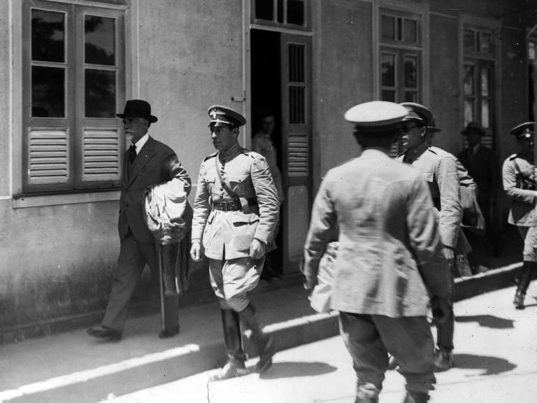 Após ser deposto, em 1930, Washington Luís é conduzido no Rio de Janeiro para embarcar rumo à Europa