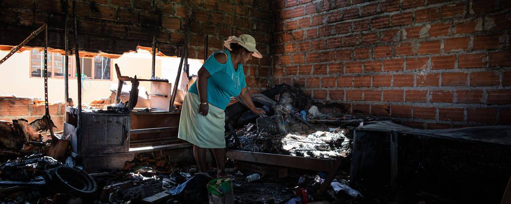 Moradora mostra casa incendiada no acampamento Guadalupe Cofadena, em Montero, na região de Santa Cruz