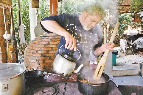 ORG XMIT: 070901_0.tif Luiz Inácio Lula da Silva, 55, coloca mais água quente na panela ao preparar sua receita de coelho à