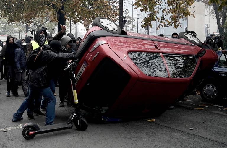 Manifestantes viram carro perto da Place d'Italie, em Paris