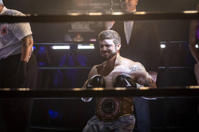 Rock (Caio Castro) recebe o cinturão de campeão da luta com Paixão (Duda Nagle)