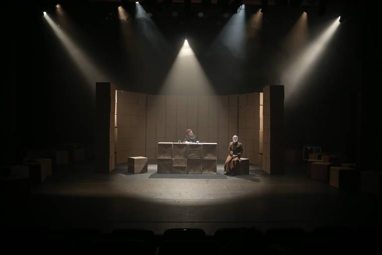 Georgette Fadel e Renato Borghi em cena de 'O que Mantém o Homem Vivo?', no Teatro Anchieta, Sesc Consolação, São Paulo