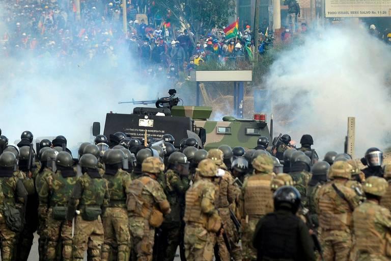 Manifestantes entram em confronto com a polícia em Cochabamba, na Bolívia