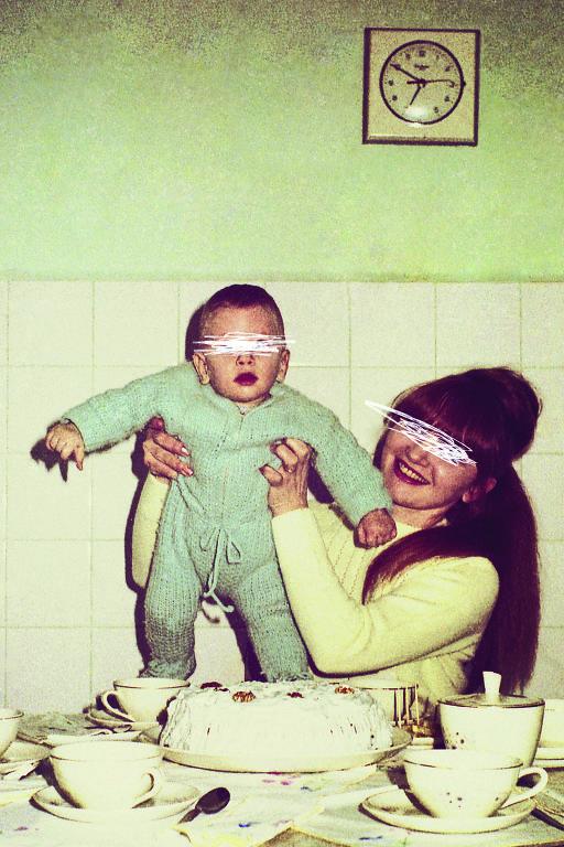 mulher segurando um bebê