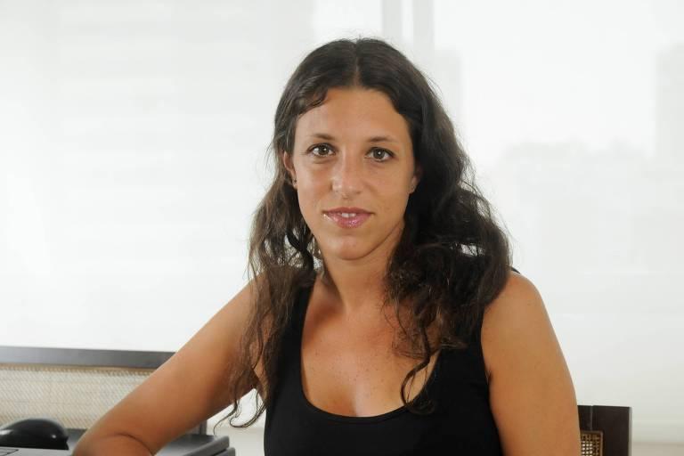 Uma mulher de cabelos negros ondulados