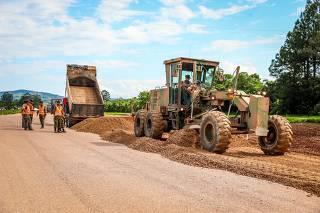 Exército atua na duplicação de 80 km da rodovia BR-116 entre as cidades de Guaíba e Tapes (RS)