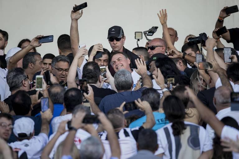 Bolsonaro é cercado por torcedores do Santos na chegada à Vila Belmiro