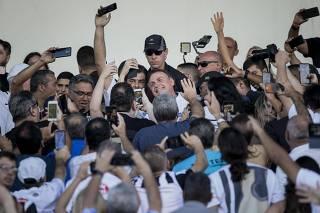 O presidente Jar Bolsonaro durante chegada ao estádio Vila Belmiro, em Santos (SP)