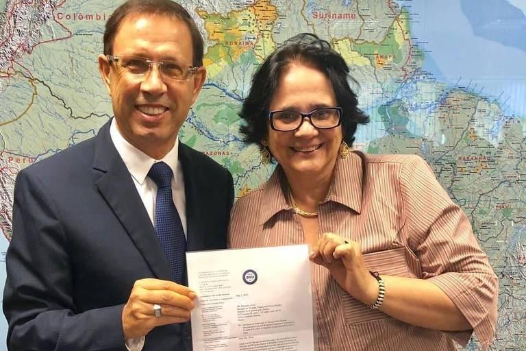 O empresário Carlos Wizard Martins, ao lado da ministra Damares Alves