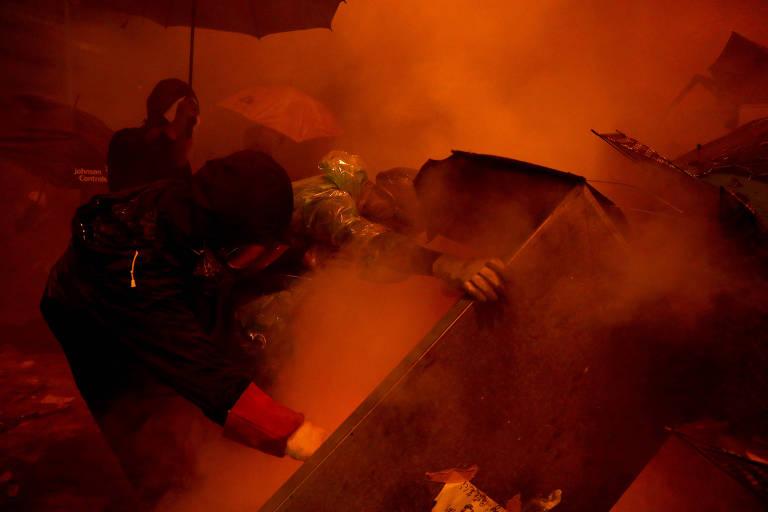 Policiais e manifestantes entram em confronto na Universidade Politécnica