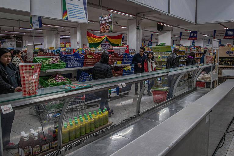 Na foto, geladeira de carnes vazia em supermercado  na zona central de La paz, onde há desabastecimento